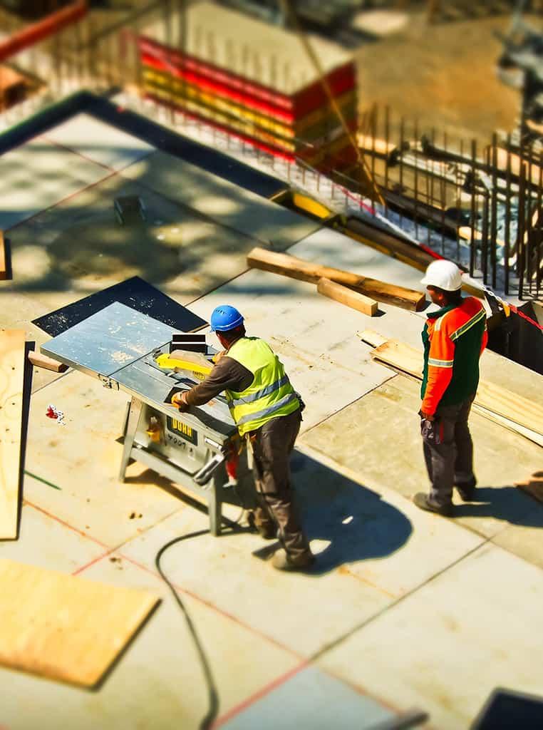 Travailleurs sur un chantier de construction