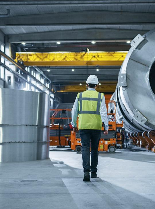 supervision active dans une usine d'industrie lourde
